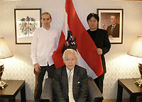 From left to right: Maler Arthur Poor with Honorary Consul Shigehiro Kanai (Honorary Consulate of Austria in Sapporo), and pianist Shunsuke Inada